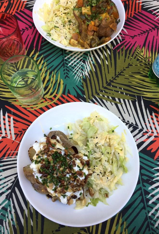 Jacket potatoe végane et chèvre-noix chez Josephine café à Nantes