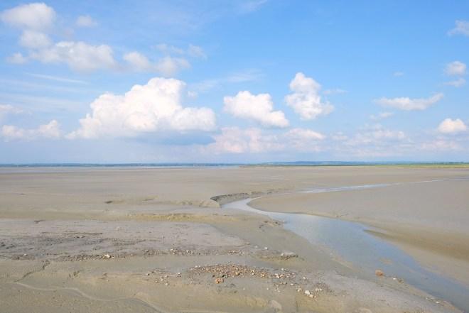 Visite des polders à côté du Mont-Saint-Michel dans le cadre de la Traversée moderne d'un vieux pays, parcours touristique et artistique mis en place par Le Voyage à Nantes