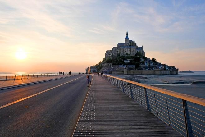 Visite du Mont-Saint-Michel dans le cadre de la Traversée moderne d'un vieux pays, parcours touristique et artistique mis en place par Le Voyage à Nantes