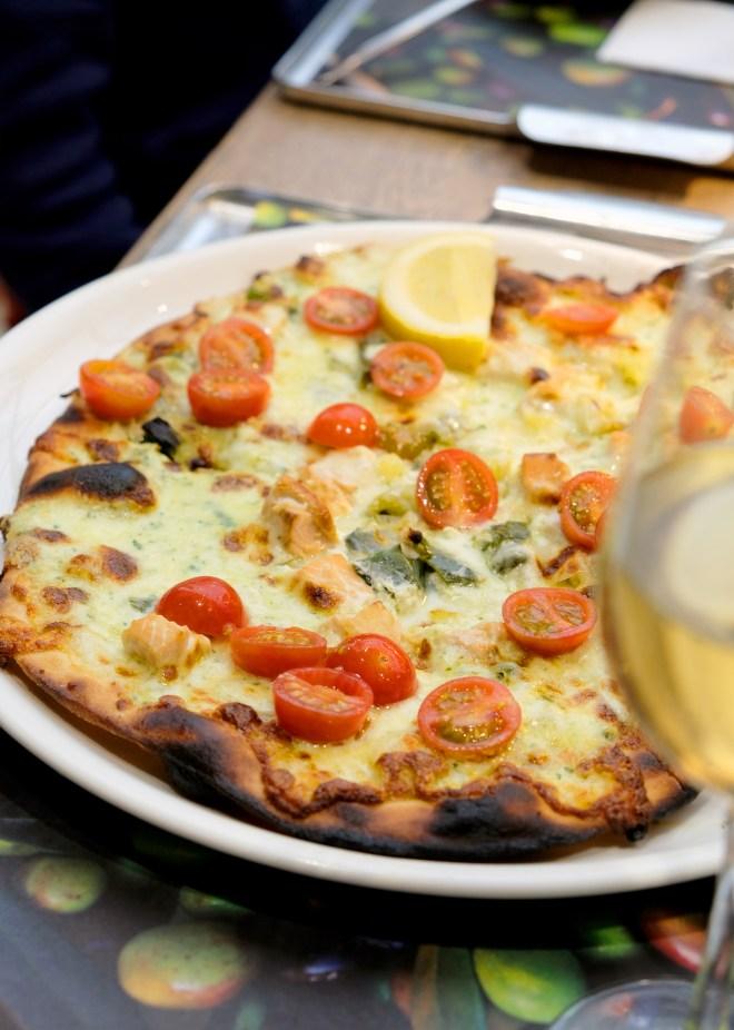 Pizza Pesto et salmone : Pizza au saumon, fondue de poireaux, citron, tomates cerises, sauce pesto maison et sa mozzarella chez Vapiano Nantes Atlantis