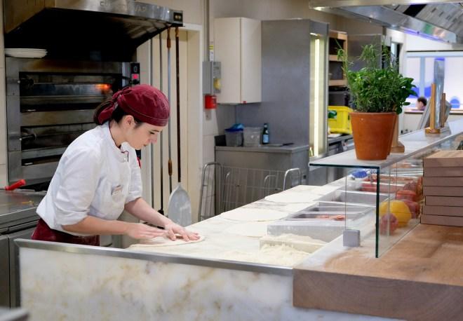 Préparation des pizzas chez Vapiano Nantes Atlantis