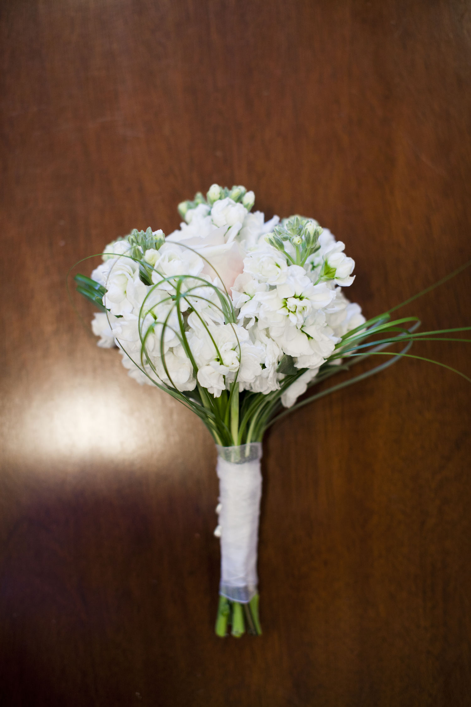 chair design swinging with stand bridesmaid bouquets
