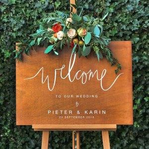 gepersonaliseerd-welkomstbord-hout-handlettering-bruiloft-studio-naokies