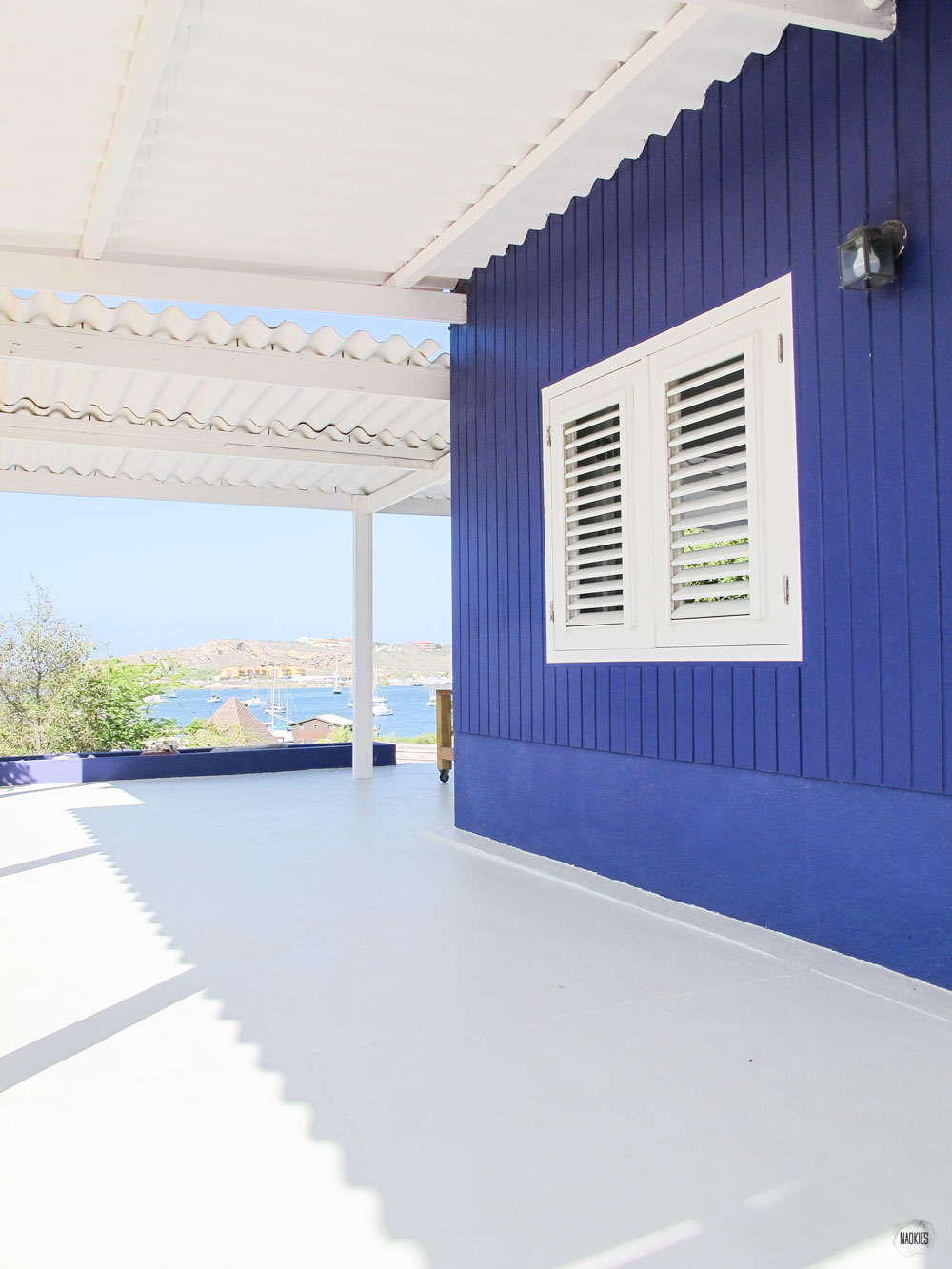zijkant huisje Brakkeput Ariba Curaçao met stukje uitzicht