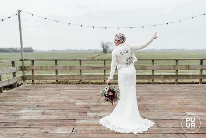 Styled shoot: Indian Summer Bruid met gepersonaliseerd wit leren jasje styled shoot