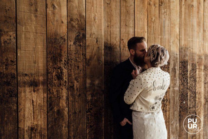 Styled shoot Indian Summer bruidspaar bruiloft leren jasje