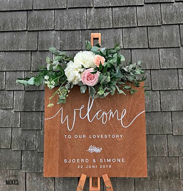 Gepersonaliseerd houten welkomstbord hout bruiloft studio naokies handlettering S+S