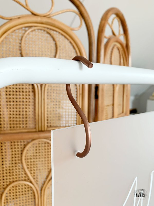 Tafelzittingbord van frosted plexiglas met S-haak