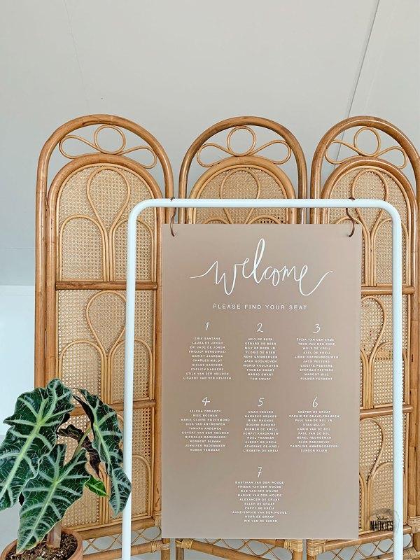 Tafelzittingbord van frosted plexiglas met wit frame