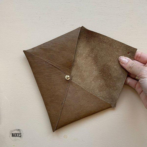 Leren envelop bruin binnenkant Studio Naokies