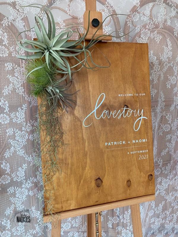 Welkomstbord van hout met Airplants studio naokies
