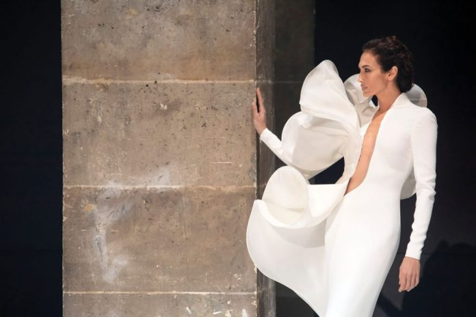 Haute couture shift dress made of white crepe with shaped gazar flounce (price on request), Stéphane Rolland