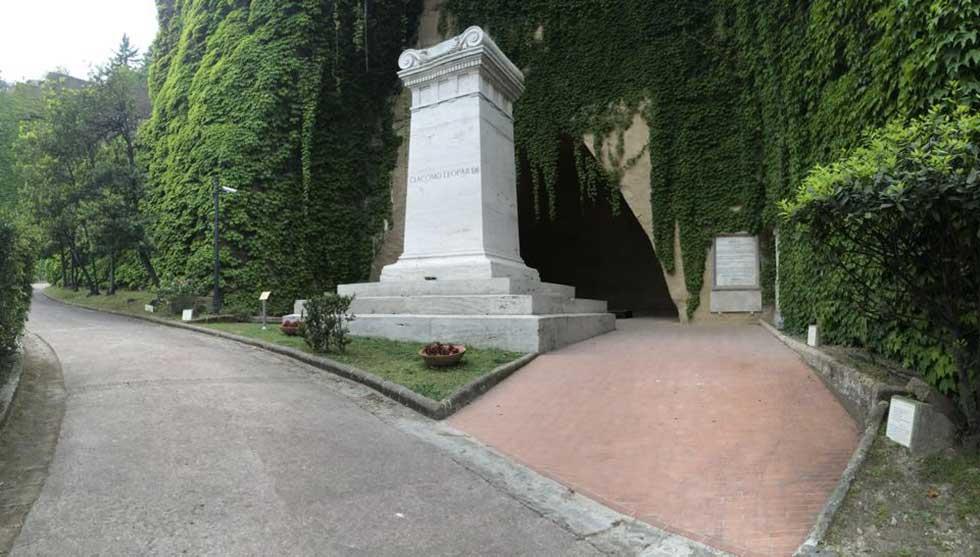 Parco Vergiliano a Piedigrotta - Tomba di Lopardi