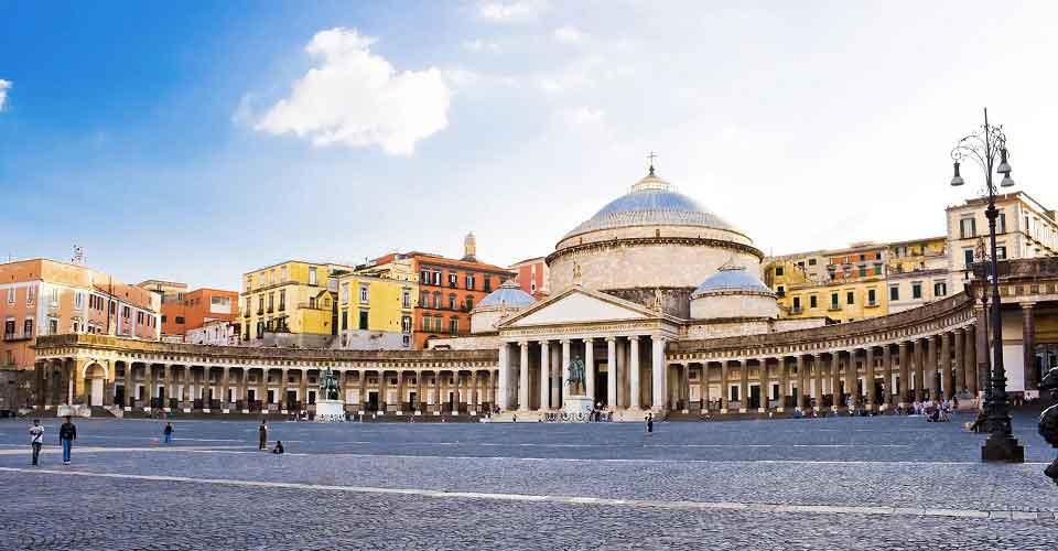 In giro per le piazze di Napoli