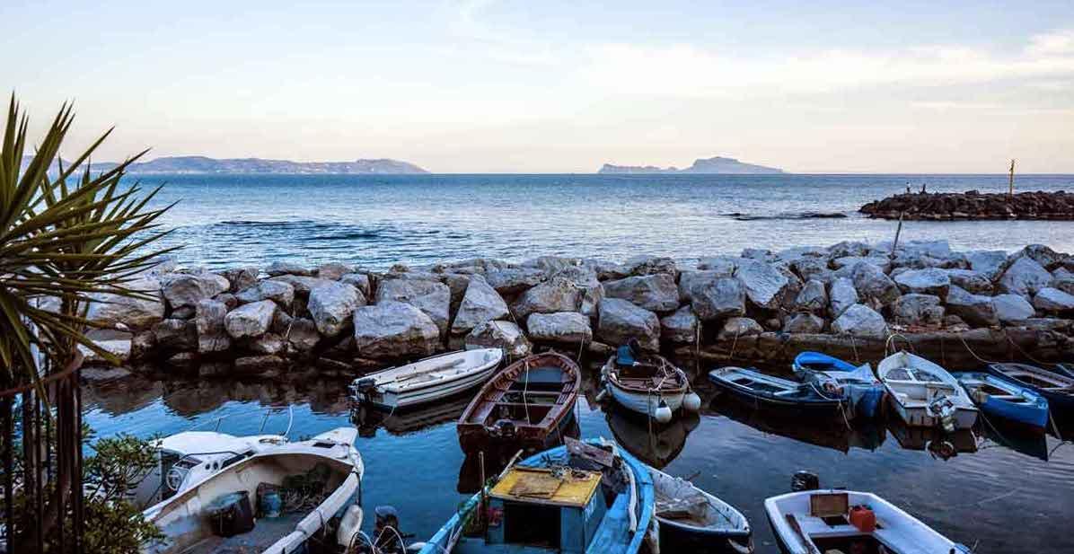 Gita in barca con aperitivo lungo la costa di Posillipo