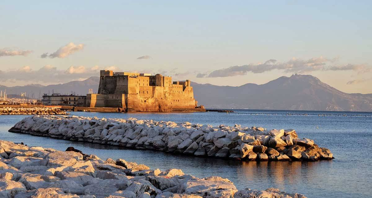 Visita straordinaria dei sotterranei del Castel dell'Ovo con Timeline Napoli