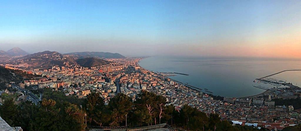 La città di Salerno, porta d'accesso alla Costiera Amalfitana