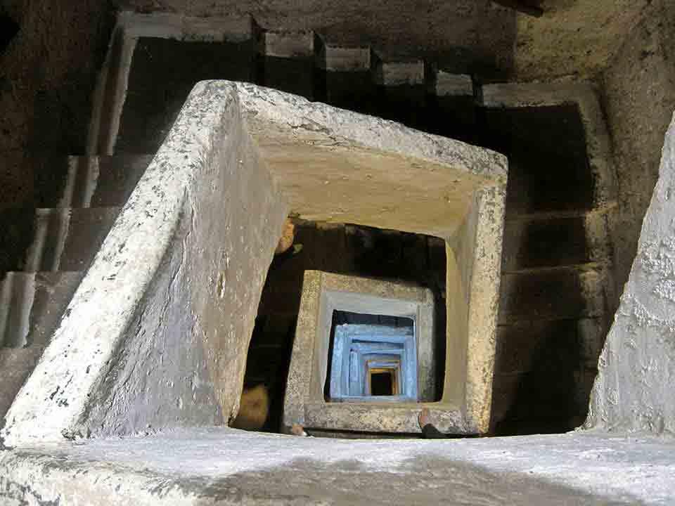 Napoli sotterranea (scala scavata)