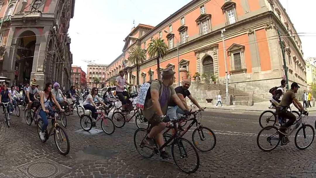 Napoli, centro storico in bicicletta