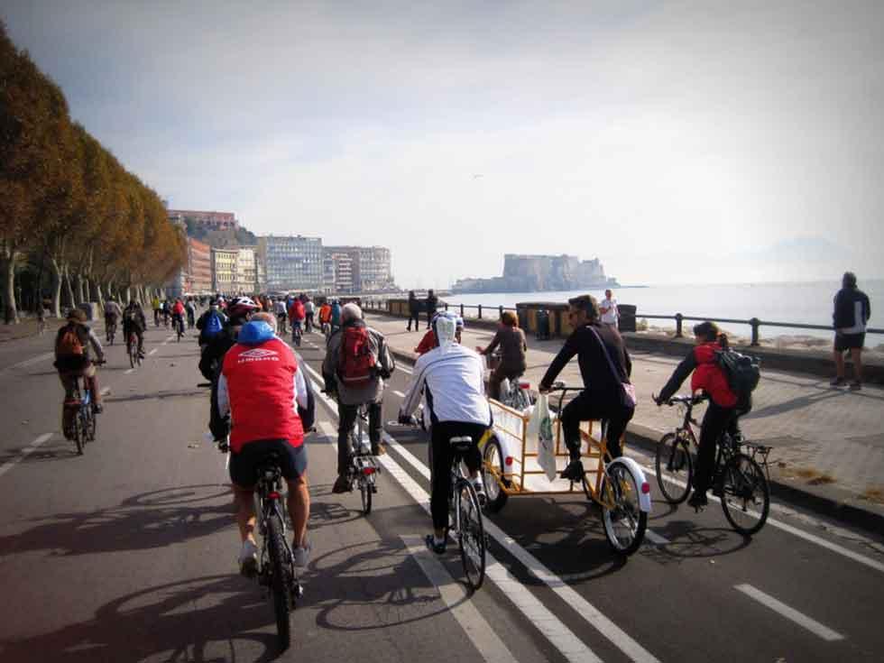 Lungomare di Napoli in bicicletta