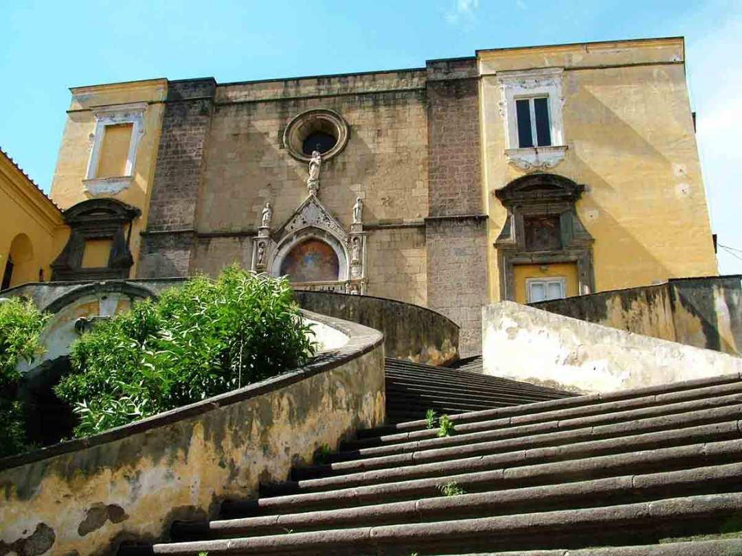San Giovanni a Carbonara, scalone