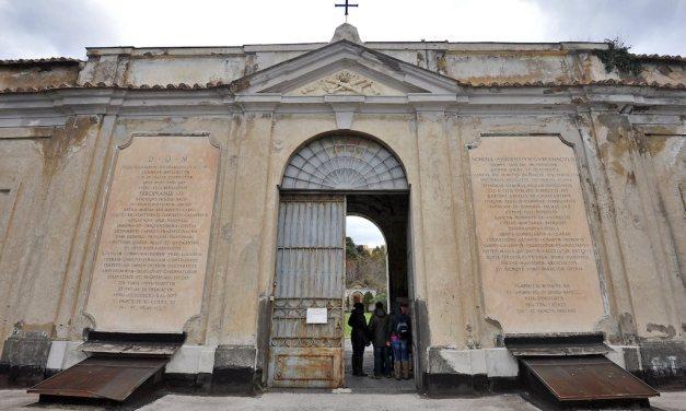 Il Cimitero monumentale delle 366 fosse a Napoli