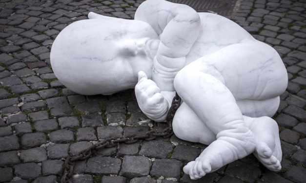 Look down, l'opera di Jago in Piazza Plebiscito a Napoli