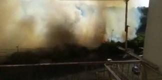 Incendio a Fuorigrotta: il fumo invade via Cinthia