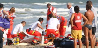 Torre del Greco: uomo si sente male sugli scogli, salvato dai bagnanti
