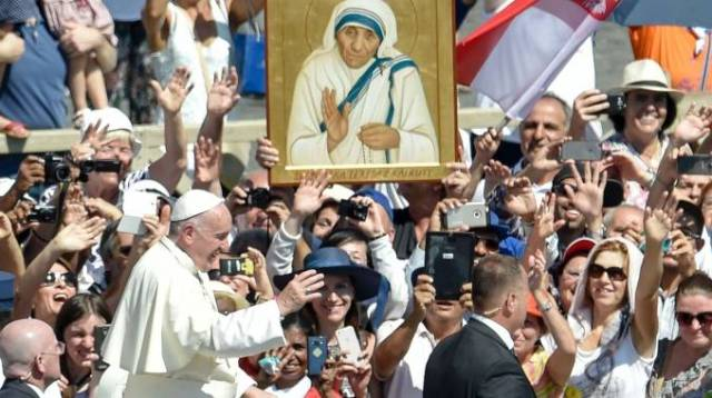 Canonizzazione Madre Teresa di Calcutta: Papa Francesco offre pizza e sfogliatelle ai poveri