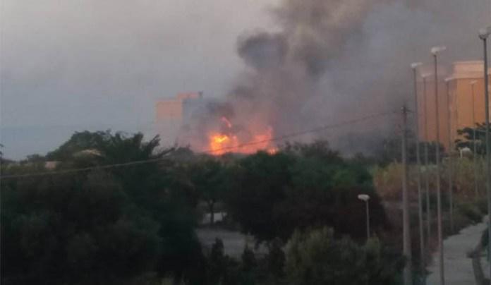 Incendio a Capodichino: si leva una colonnina di fumo nero