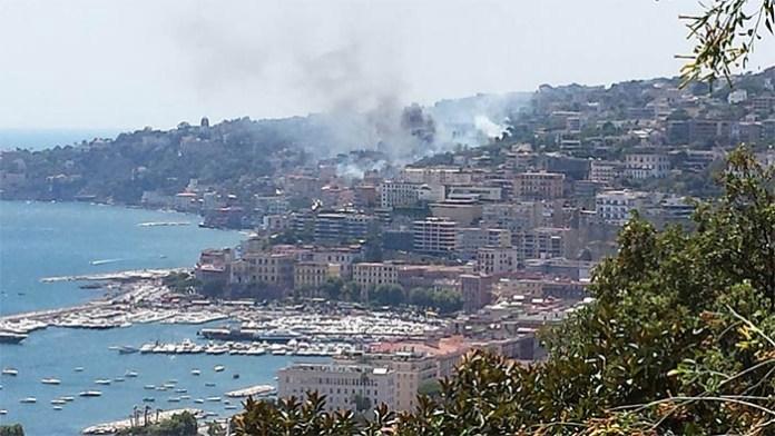 Incendi a Napoli, collina di Posillipo: rischio crollo dopo il rogo