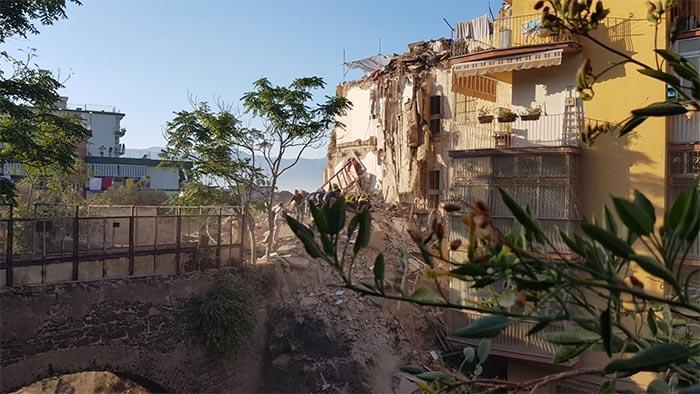 Torre Annunziata: crolla palazzina di quattro piani, persone coinvolte