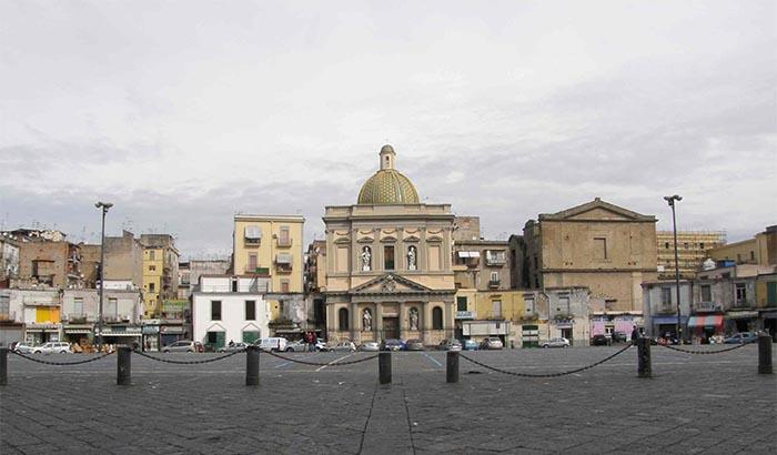 Napoli, coltellate tra piazza Mercato e Mezzocannone: ferite due persone