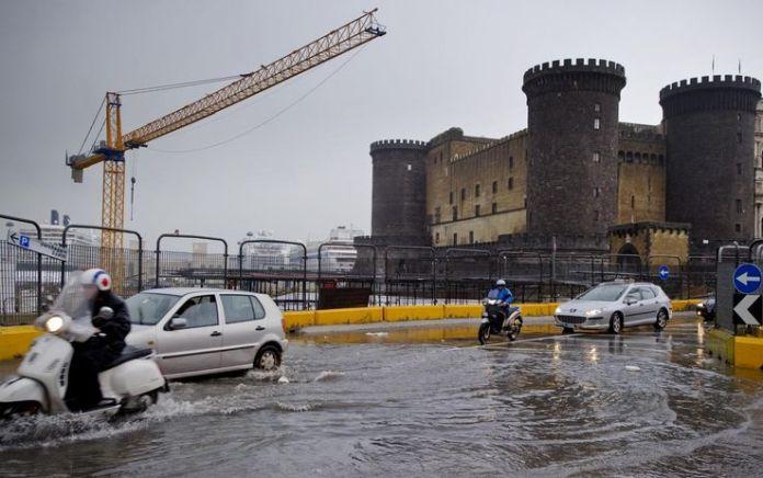 Maltempo Napoli, vento e pioggia paralizza la città