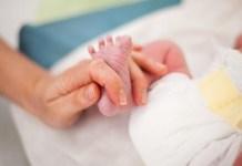 Tragica fatalità: bambina schiacciata dal corpo dell'infermiera