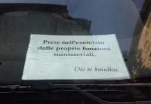 Prete parcheggia in divieto di sosta: il suo messaggio diventa virale
