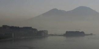 """Napoli si sveglia con la nebbia: """"il Vesuvio è scomparso"""""""