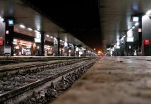 Napoli, violenza alla Stazione Centrale: poliziotto scaraventato giù