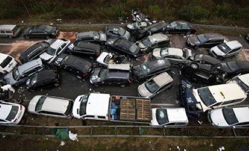 Incidente stradale Domiziana, maxi tamponamento: auto si ribalta