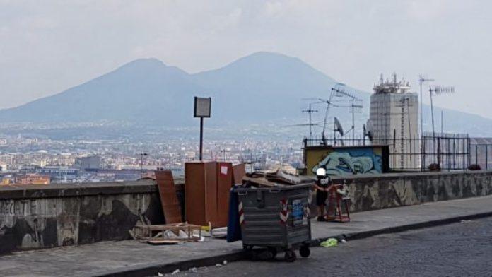 Napoli, panorama deturpato dalla spazzatura: denuncia dei Verdi
