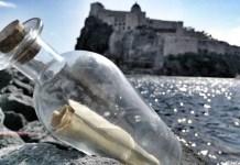 Ischia, un messaggio d'amore in bottiglia affidato alle onde del mare