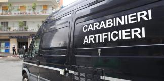 Allarme bomba a Napoli: trolley sospetto, artificieri sul posto