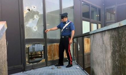 Scampia: sassi per sfondare le vetrate di una scuola