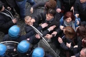 Fisco: tensione a Giugliano tra manifestanti e forze ordine