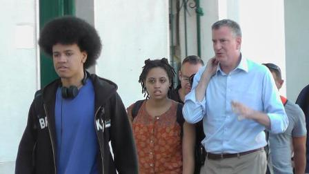 (ANSA) - CAPRI, 21 LUG - Il sindaco di New York, Bill de Blasio, appena sbarcato a Capri con la famiglia.