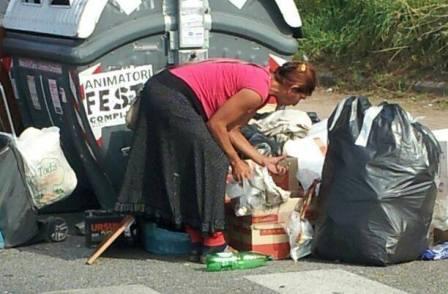 rovistare rifiuti