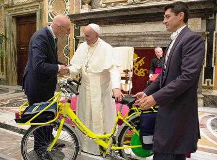 Papa Francesco bici