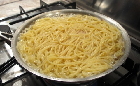 Frittata di Maccheroni alla Napoletana - Frying the Frittata
