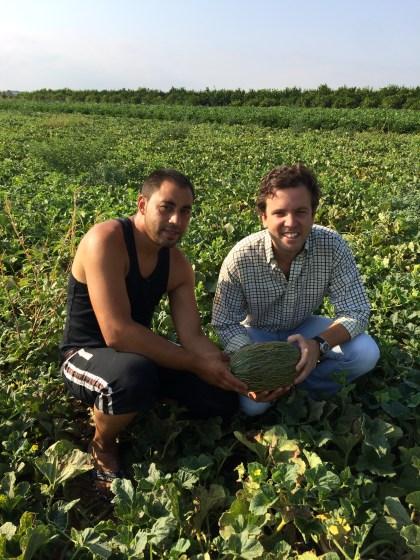Pedro y Gonzalo en el melonar de Naranjas del Carmen